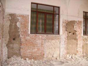 Pared oeste del Monasterio de Santa María (Valladolid).El papel apareció en el agujero de la derecha