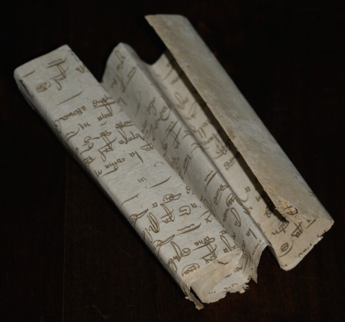 Rollo de papel (150 x 30 mm) que contiene los poemas